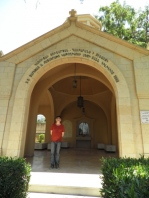 El autor en una de las capillas del Patriarcado Armenio Ortodoxo. Antelias, Beirut, 1 07 2012. Foto de Ana Casasola